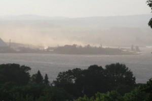 À la lecture de la mise en demeure, on comprend que l'épisode de poussière du 25 juin (photo) - qui s'est avéré une tempête de sable à la Baie de Beauport - est la goutte qui a fait déborder la vase. Photo fournie par Vigilance Port de Québec