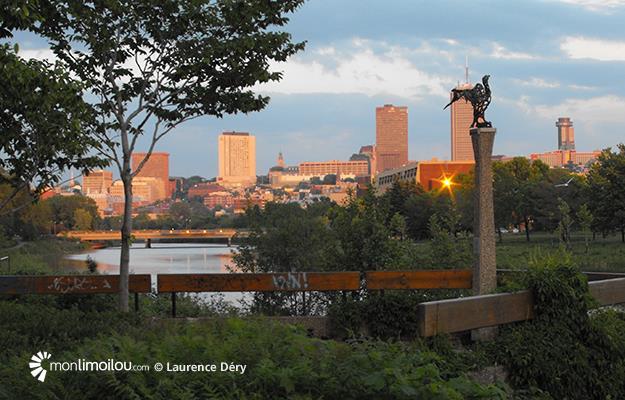 Sculpture de cormoran aux abords de la rivière Saint-Charles