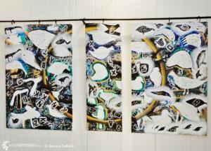 Le triptyque représente les oiseaux migrateurs qui,  à l'image des immigrants analphabètes, le passage d'une terre à une autre.