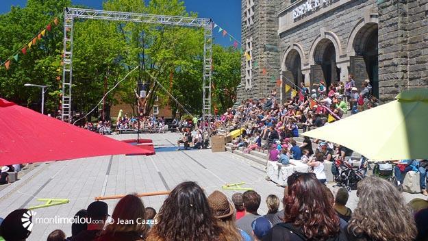 Plusieurs centaines de personnes ont assisté aux ateliers d'initiation et aux démonstrations de l'École de cirque de Québec sur la 2e Avenue.
