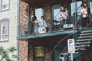 Le groupe Mauves en prestation lors des Balconville sur la 3e avenue. Crédits photo: Jay Kearney.