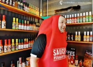 Dégustation de sauces piquantes lors du 5 à 8 de lancement de Ils en fument du bon, le 22 juin dernier.