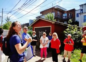 Marie-Ève Sévigny accompagne, chaque samedi, un groupe de 25 personnes au coeur des ruelles de Limoilou guidé par les textes de huit auteurs de Québec.