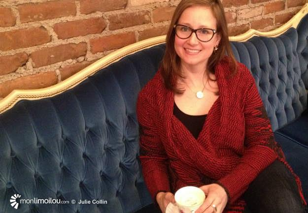 Photo de Marie-Christine Morin, ambassadrice du Mouvement WIM pour Limoilou, sur le divan du salon de thé Le lièvre et la tortue.