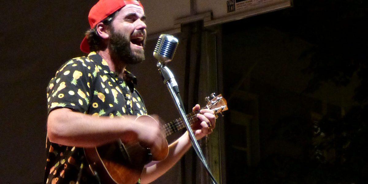 3e Avenue. Pépé et sa guitare.