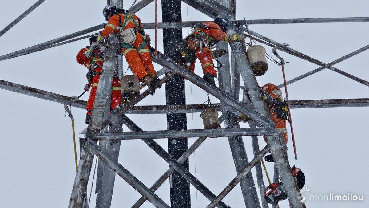 Déboulonnage de la deuxième section du pylône. 10 mars 2018.