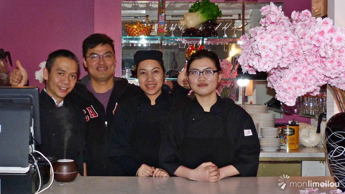 Le trio d'associés de Gemini Sushi, Cuong Ho, Hau Pham et Thanh Khuong Nguyen, accompagnés d'une de leurs employés, Ngan.