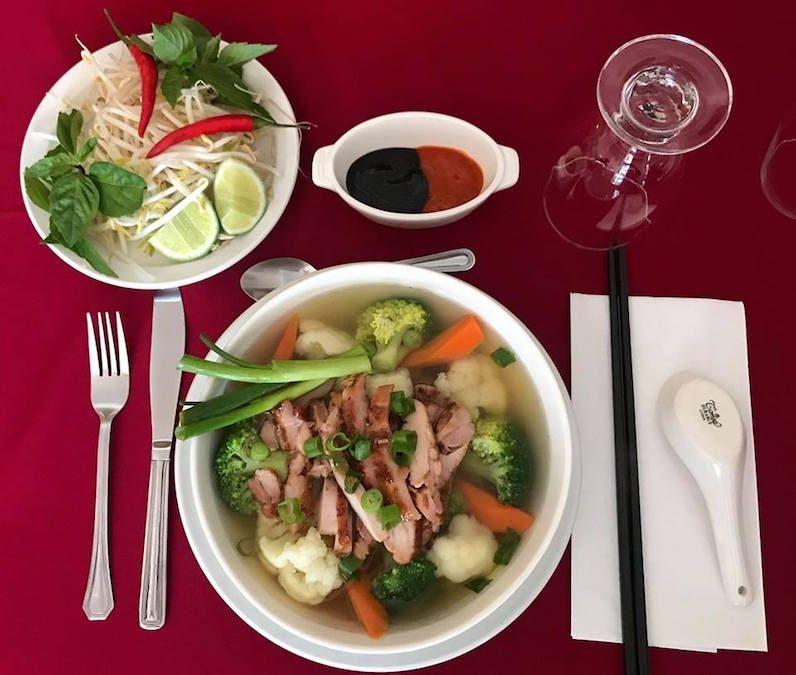 Des plats asiatiques, comme la soupe au poulet et légumes, feront partie de la carte.