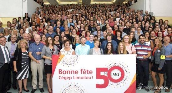 En 2017-2018, le Cégep Limoilou a célébré ses 50 ans d'existence dans le quartier. Rassemblement des employés dans le Grand escalier au campus de Québec le 17 août 2017, à l'occasion du lancement des festivités.