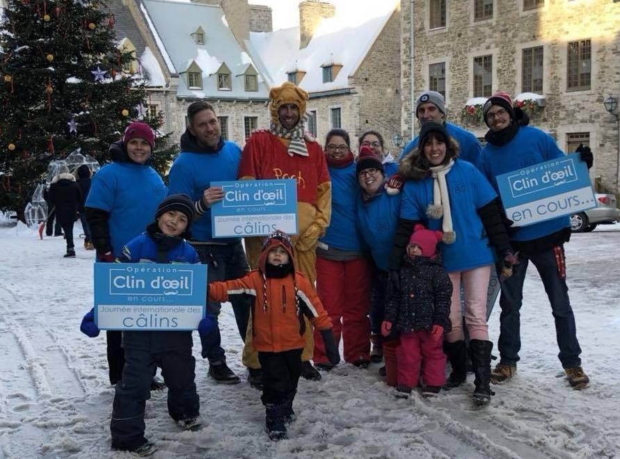 Des bénévoles d'Opération clin d'oeil ont offert des câlins à la place Royale du Vieux-Québec, à l'occasion de la Journée internationale des câlins.