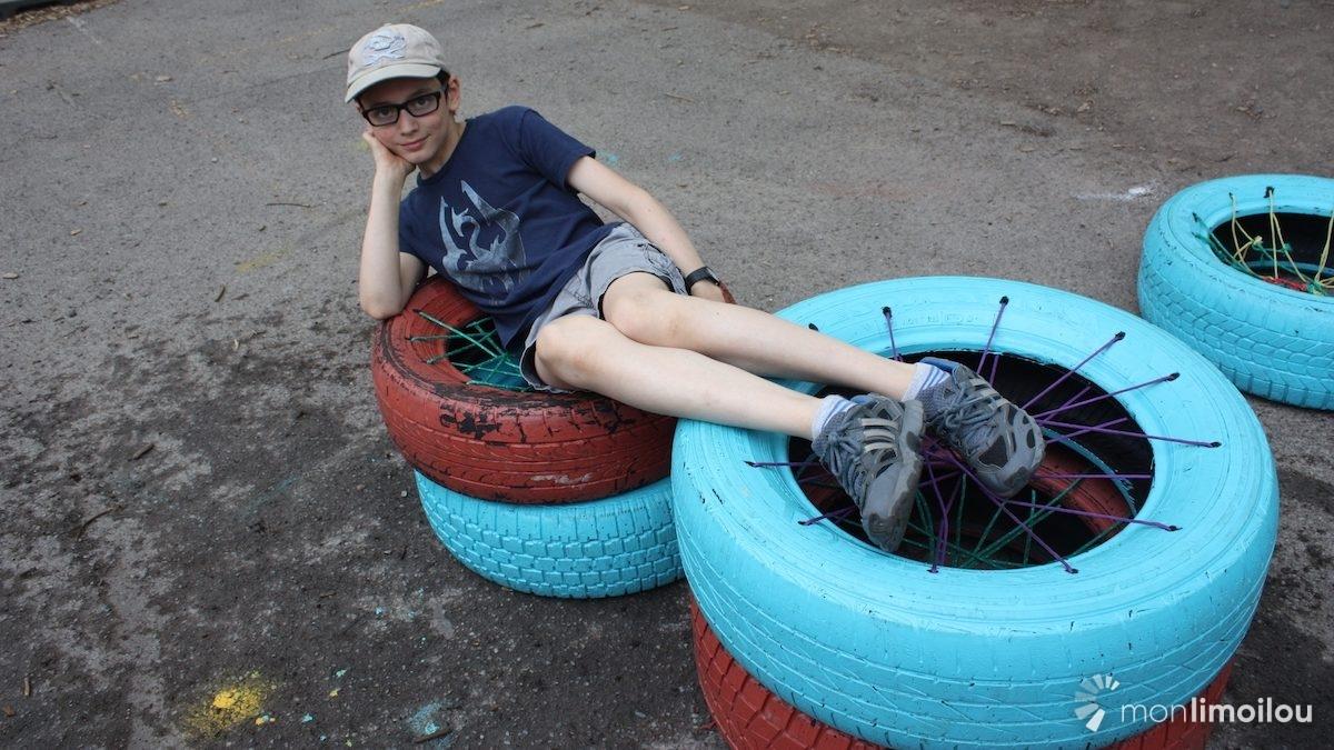 Des pneus recyclés font office de sièges mobiles.