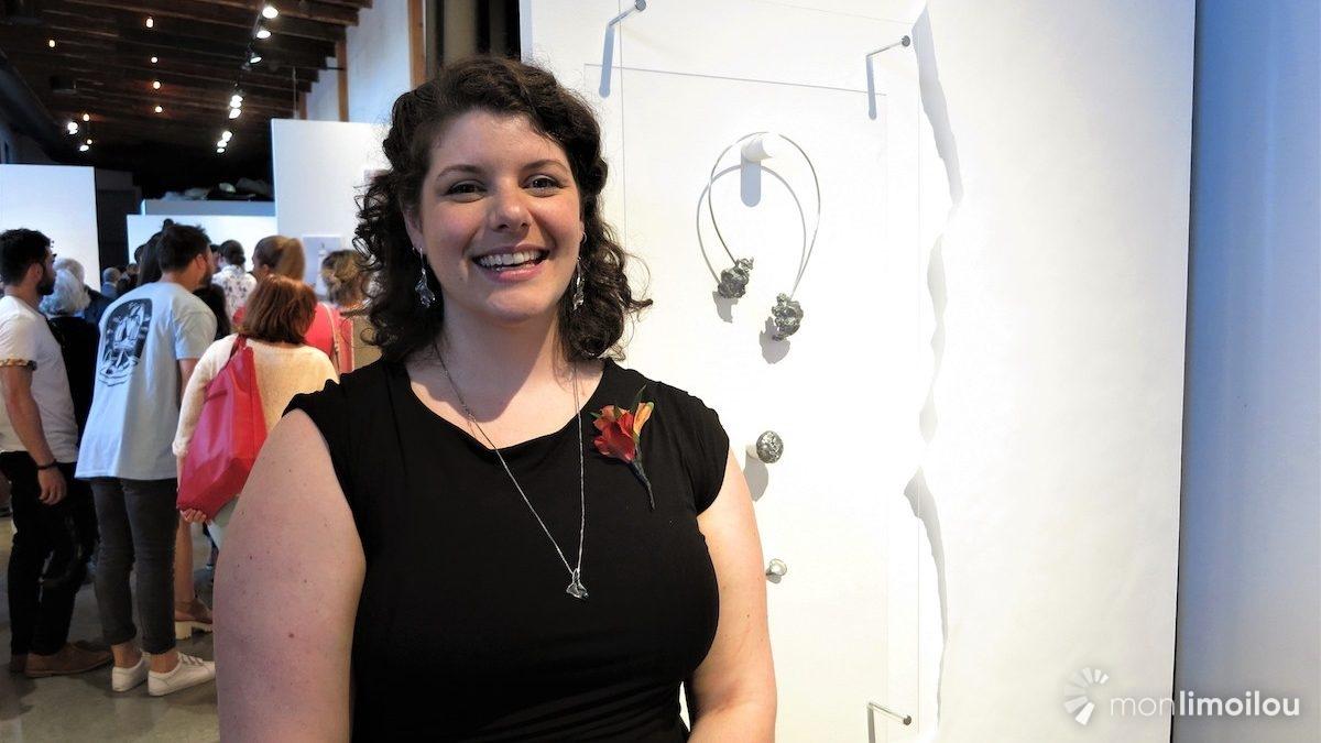 Marie-Pier Mailloux, finissante en joaillerie, avec son oeuvre, le triptyque «Cicatrisations».