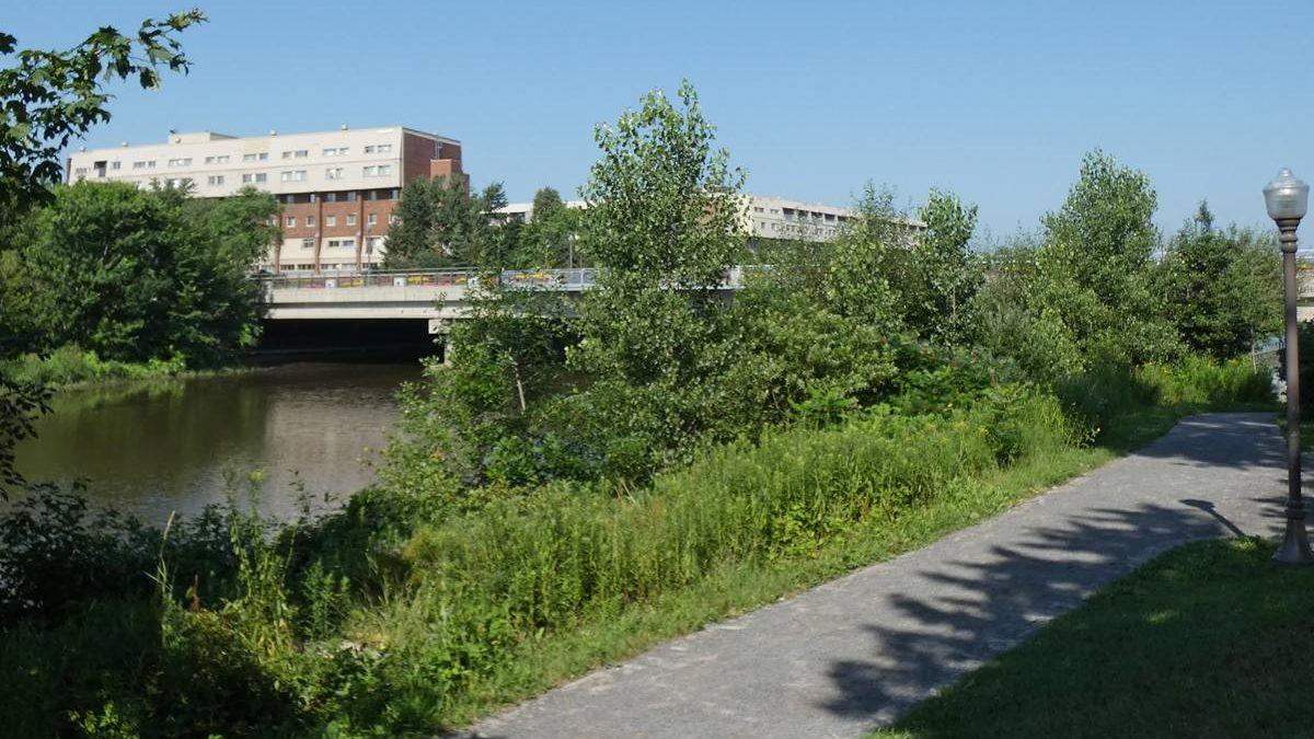 Parc linéaire de la rivière Saint-Charles avec vue sur le pont Drouin. 2018.
