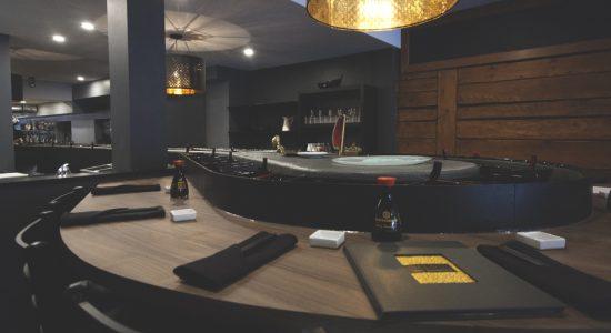 On peut réserver sa place en salle à manger, mais pas au comptoir « rivière à sushis » ni au bar, où c'est premier arrivé, premier servi.