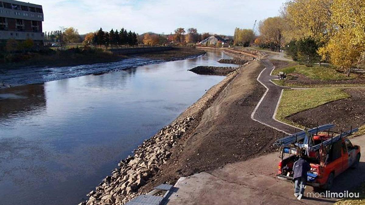 Chantier de renaturalisation des berges (octobre 2006); vue en direction nord-ouest à partir du pont Drouin.