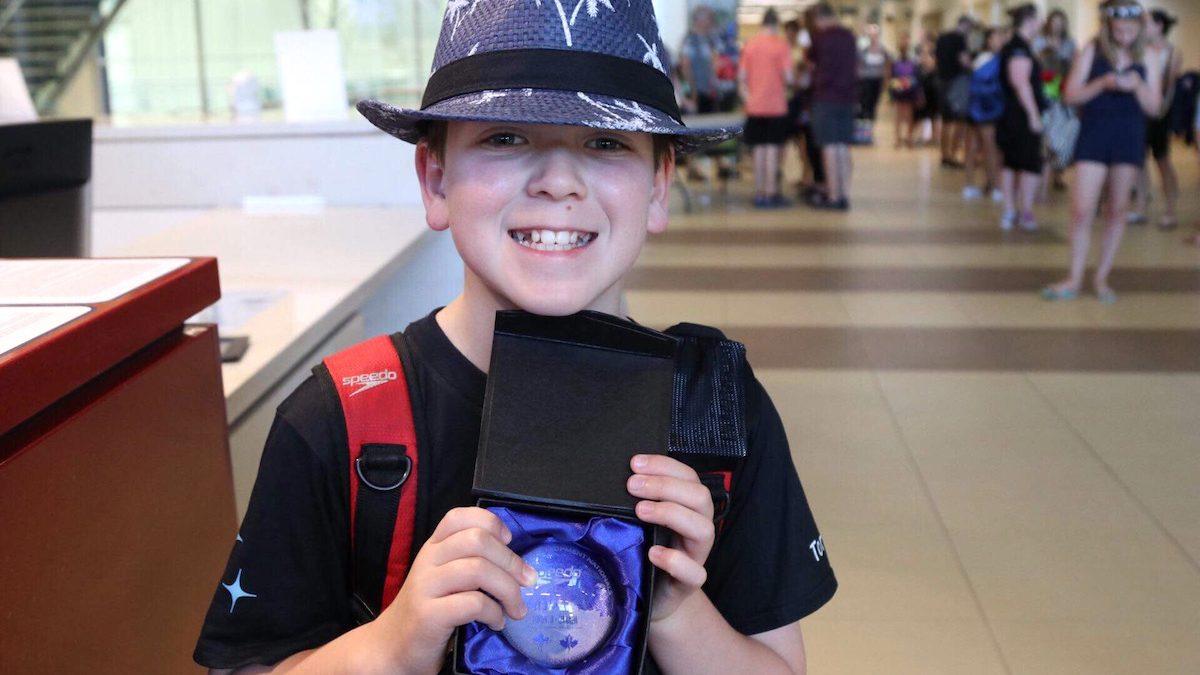 Benjamin a reçu une récompense pour sa participation à la finale des Championnats canadiens.