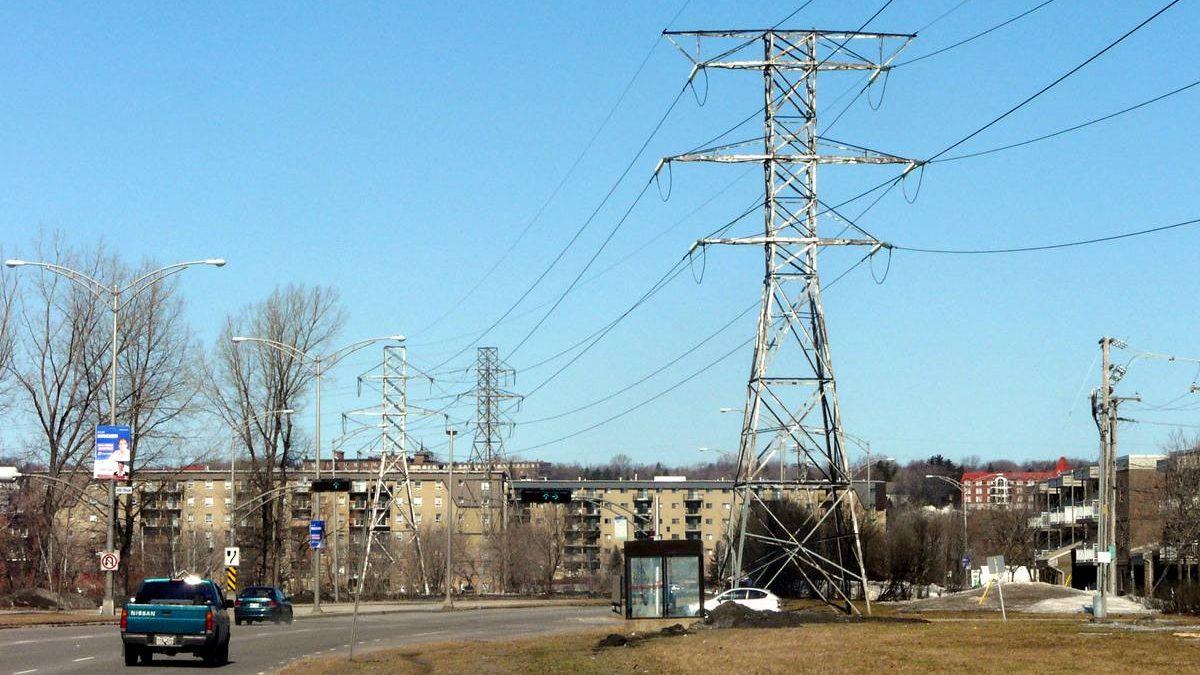 Les pylônes à l'intersection de la 41e Rue et du boulevard Henri-Bourassa. 23 octobre 2018.