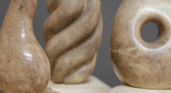 Atelier de sculpture de pierre et socle de bois