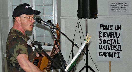 Le chanteur et guitariste Noël Grenier à l'animation de la soirée.