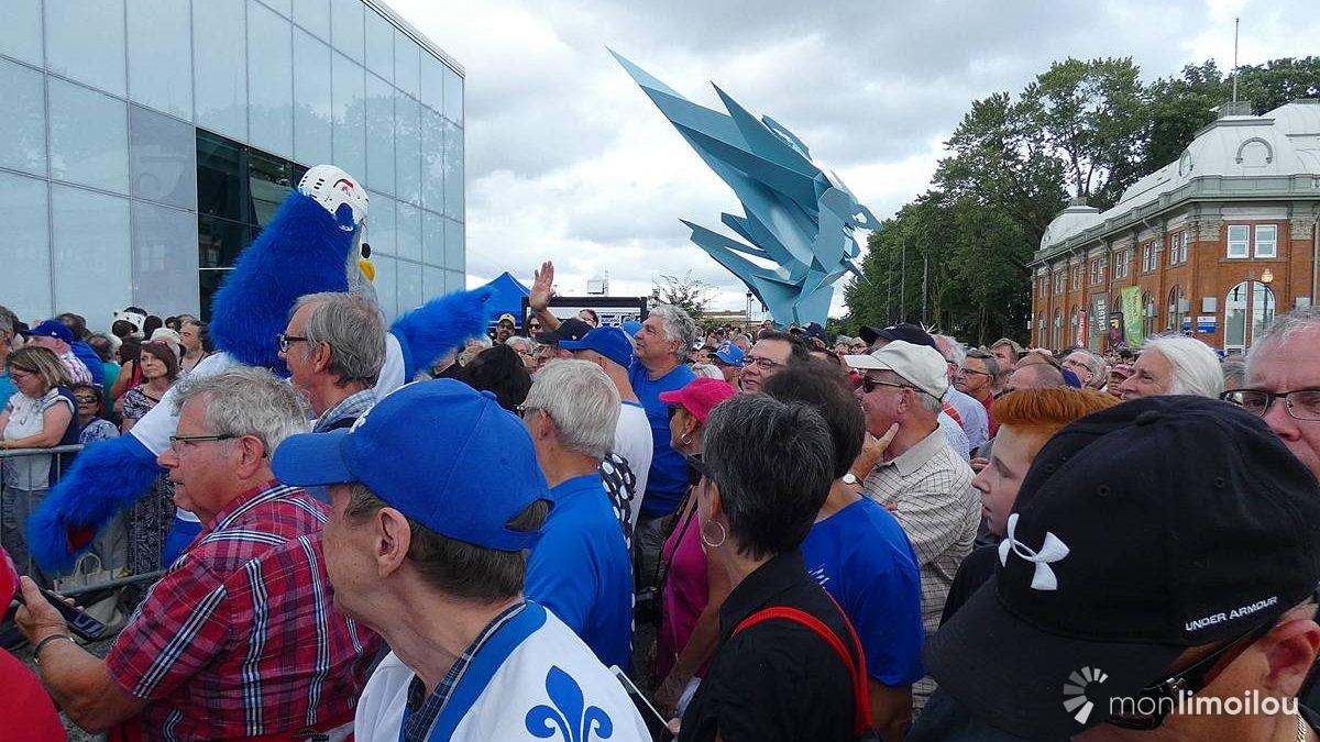 Une foule conquise ! En arrière-plan, la sculpture en hommage à Béliveau.