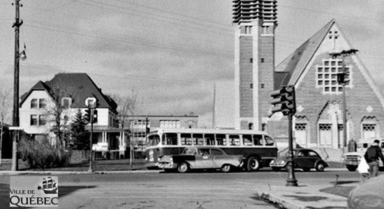 Limoilou dans les années 1960 (115) : un autobus devant l'église Saint-Pascal-de-Maizerets - Jean Cazes