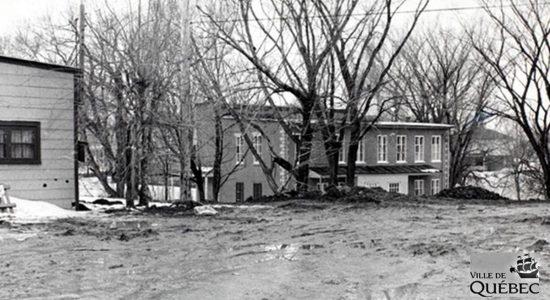 Remplissage de la rivière Lairet, près du boulevard Cardinal-Villeneuve. 4 mars 1967.