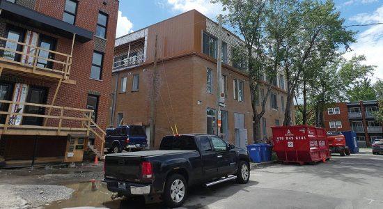 Le Versa, sur la 10e Rue. À gauche, les six maisons de ville de TERGOS, aussi en construction. 13 juillet 2020.