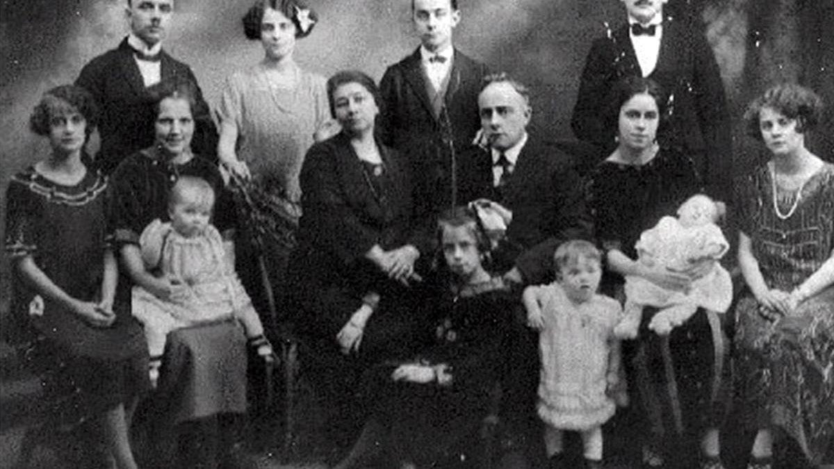 Photo prise vers 1925 de la famille de Jean-Baptiste Jr. et de Léa Lacroix. Debout, à gauche, mon grand-père, Jean-Maurice; debout, au centre, Arthur, qui sera Maire de Giffard; assise devant Jean-Baptiste Jr., Marie-Ange, la mère de Sylvain Lelièvre.