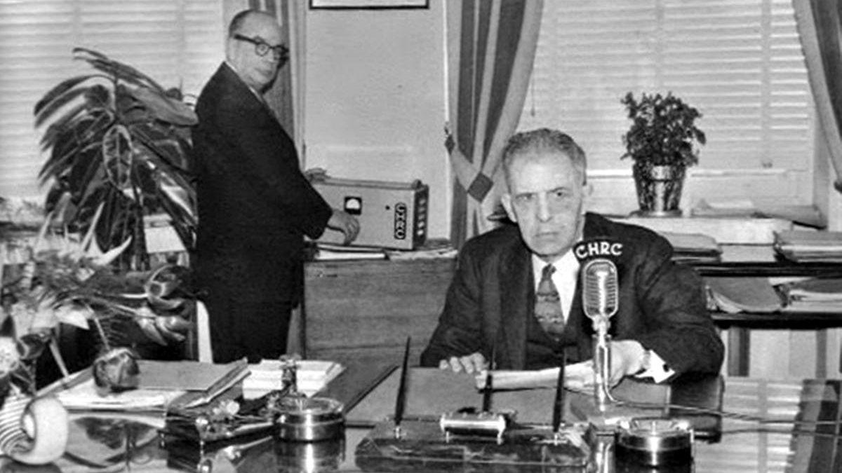 Jean-Maurice Hawey a agi comme Secrétaire (on dirait aujourd'hui Chef de cabinet) de plusieurs maires de Québec, de Grégoire, à Borne, à Hamel et Lamontagne. Ici, il assiste le Maire Hamel qui s'apprête à faire son émission radiophonique.