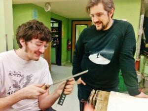 David, mentor en mécanique et un étudiant dans l'étape de construction - Photo courtoisie