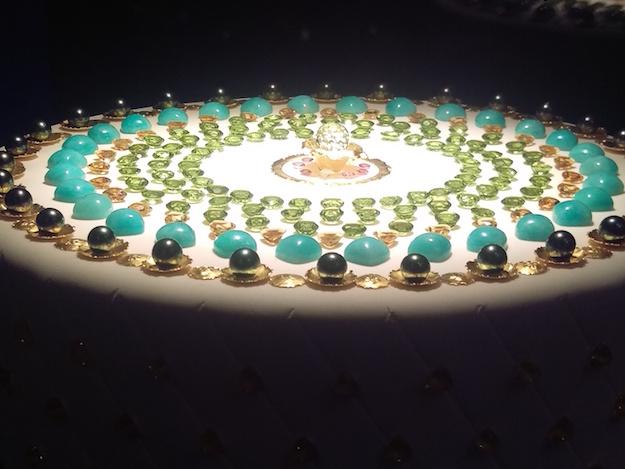 Réalisation de Robert Langlois, le «gâteau» d'anniversaire de l'École de joaillerie est serti de pierres précieuses (perle Tahiti, saphir, topaze bleu London, or 24k...)