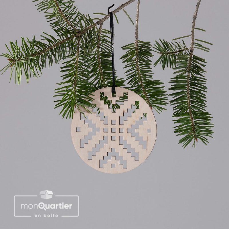 Boule de Noël en bois perforé