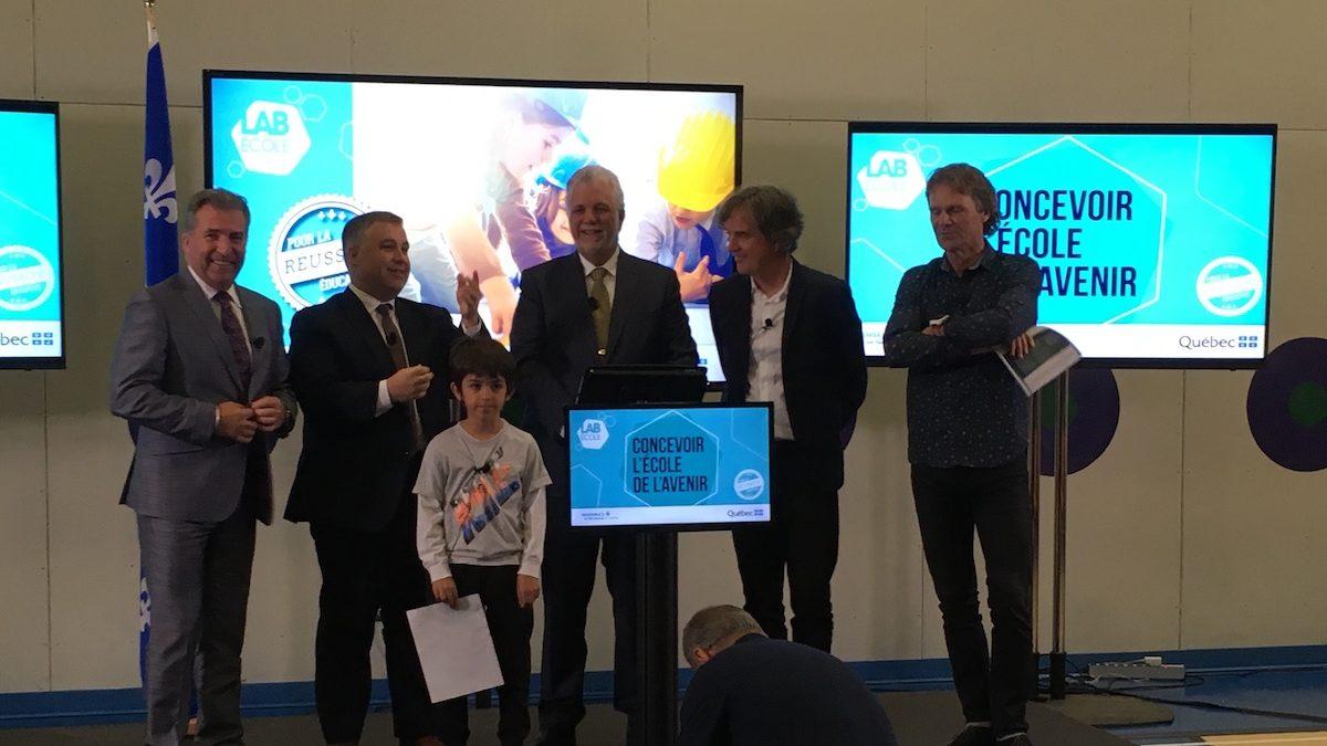 André Drolet (député de Jean-Lesage), Sébastien Proulx (ministre de l'Éducation), Philippe Couillard (premier ministre), Pierre Thibault (architecte) et Pierre Lavoie (athlète), à l'école de la Grande-Hermine où avait lieu l'annonce.
