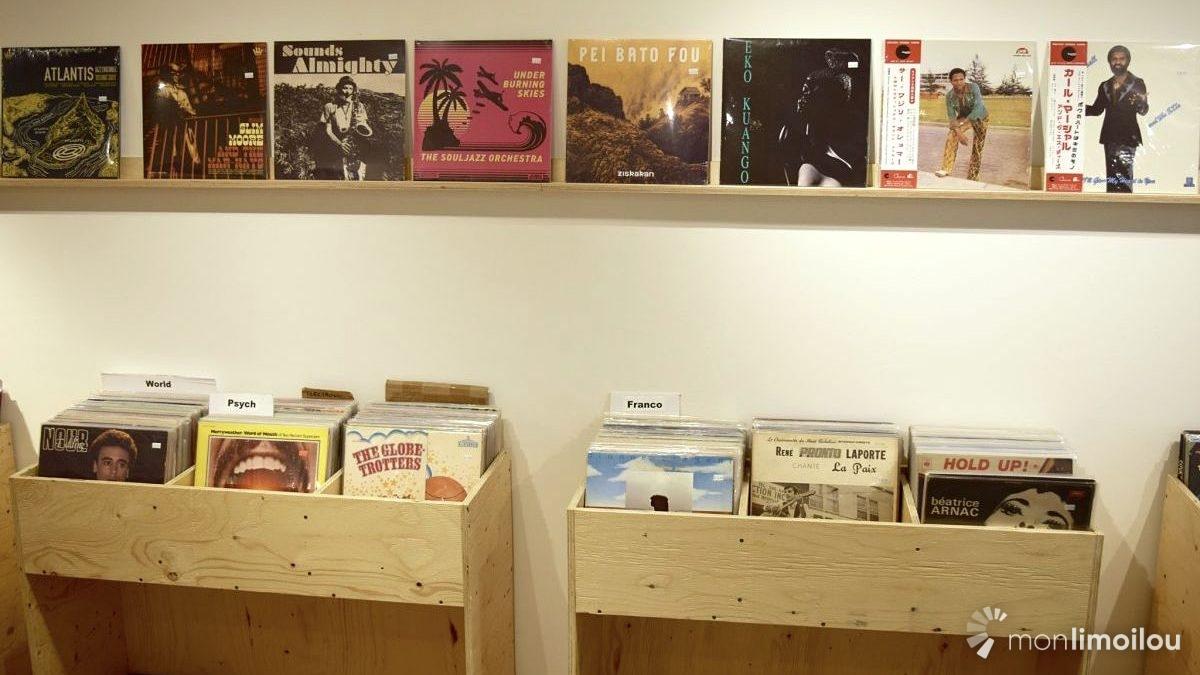 Au-dessus des bacs de vinyles usagés, Explosive Groove Disquaire propose une sélection d'albums récents neufs.