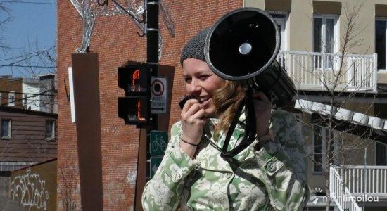 Jackie Smith, de l'émission À nous la terre à CKIA FM 88,3, organisatrice de la marche
