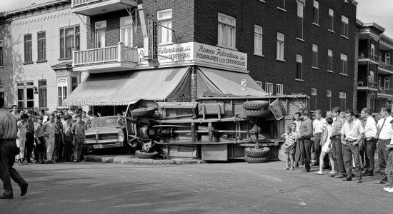 Limoilou dans les années 1960 (111) : accident face à Fourrures Roméo Falardeau - Jean Cazes