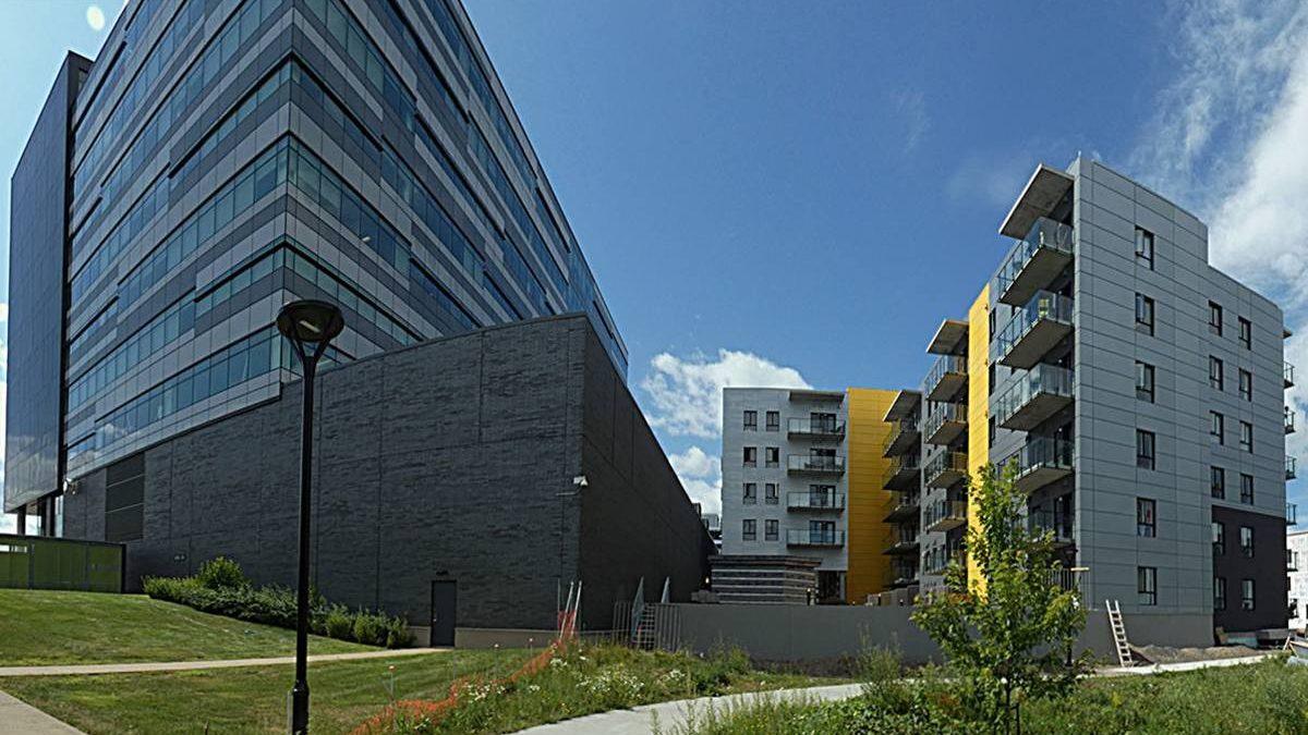 Site de l'écoquartier en date du 11 août 2019. Immeuble du fédéral et Un toit en réserve.