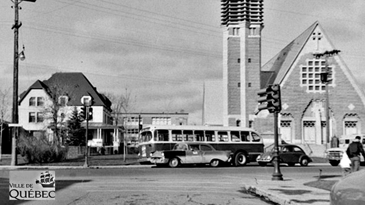 Limoilou dans les années 1960 (115) : un autobus devant l'église Saint-Pascal-de-Maizerets | 24 novembre 2019 | Article par Jean Cazes