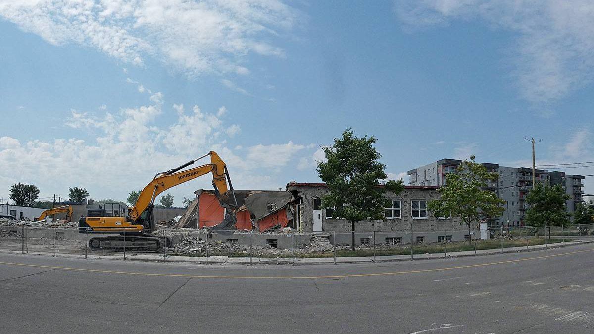 Écoquartier de la Pointe-aux-Lièvres : démolition de bâtiments industriels. 2 juillet 2020.