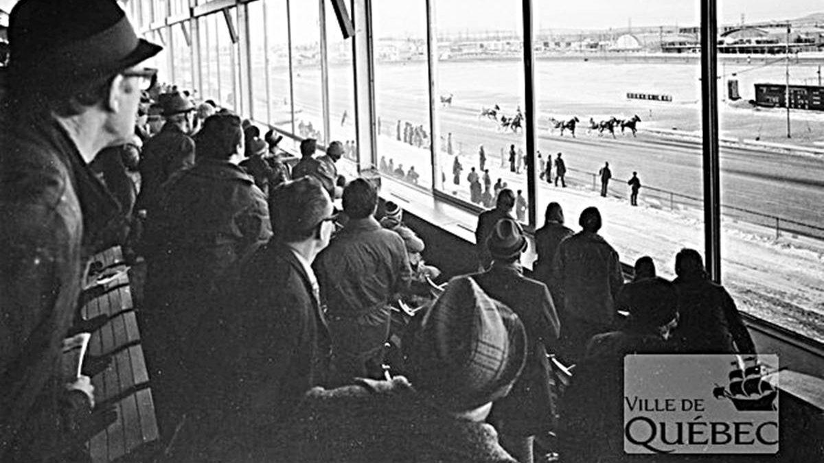 Course de chevaux sous harnais à l'hippodrome. 1972,