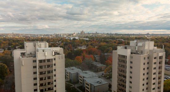La Cité où l'on grandit entre « deux géants endormis » - Suzie Genest