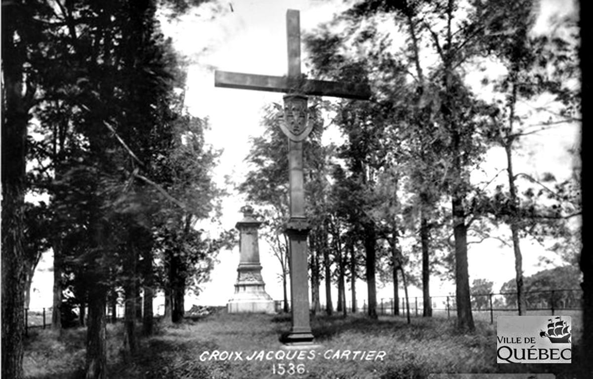 Réplique de la croix de Jacques Cartier, au parc Cartier-Brébeuf, avant 1947.
