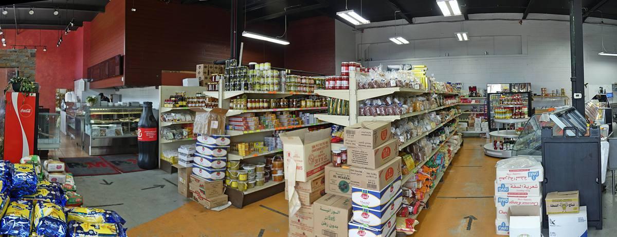 Intérieur de l'épicerie Le Petit Maghreb, dans Maizerets