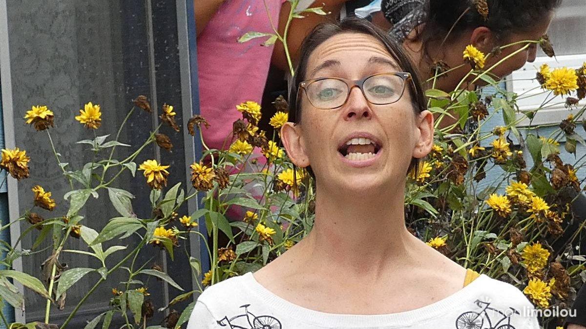Gabrielle Bouthillier chante la ruelle des Oiseaux de passage,