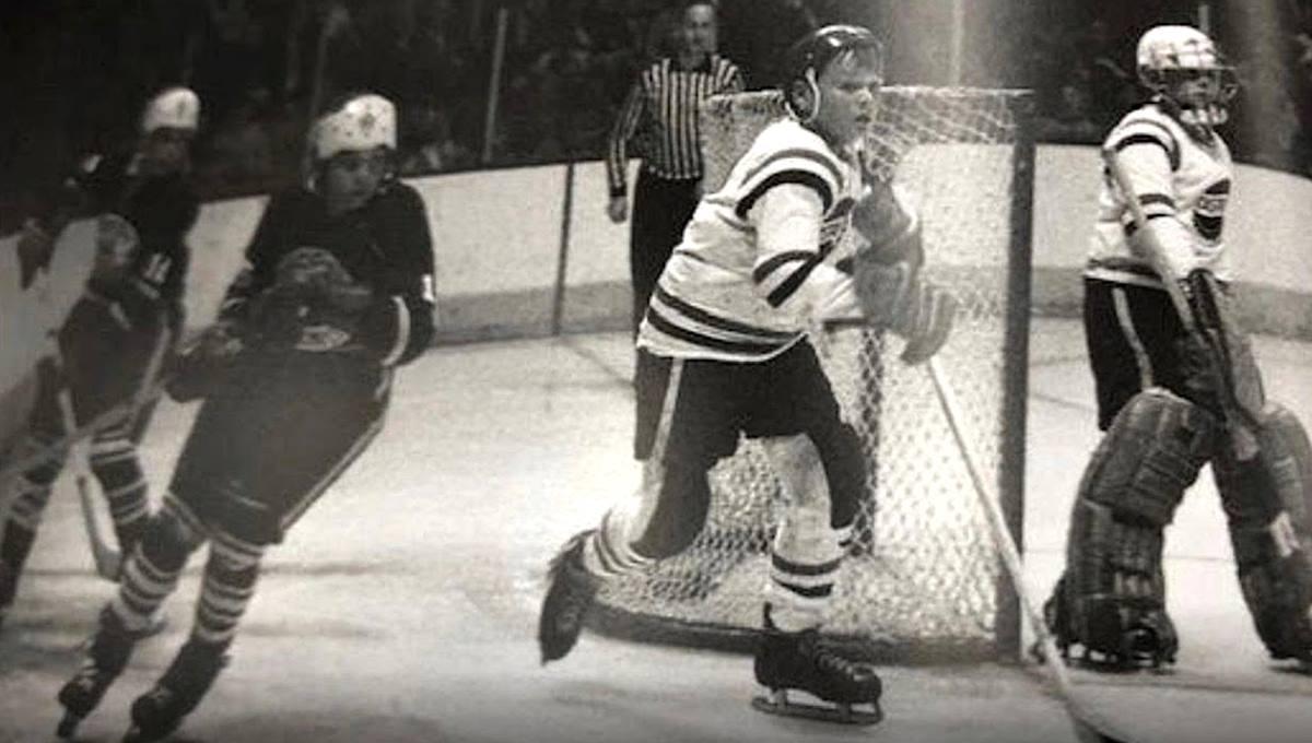 Photo d'archives montrant Denys Hawey, adolescent, en action durant une partie de hockey